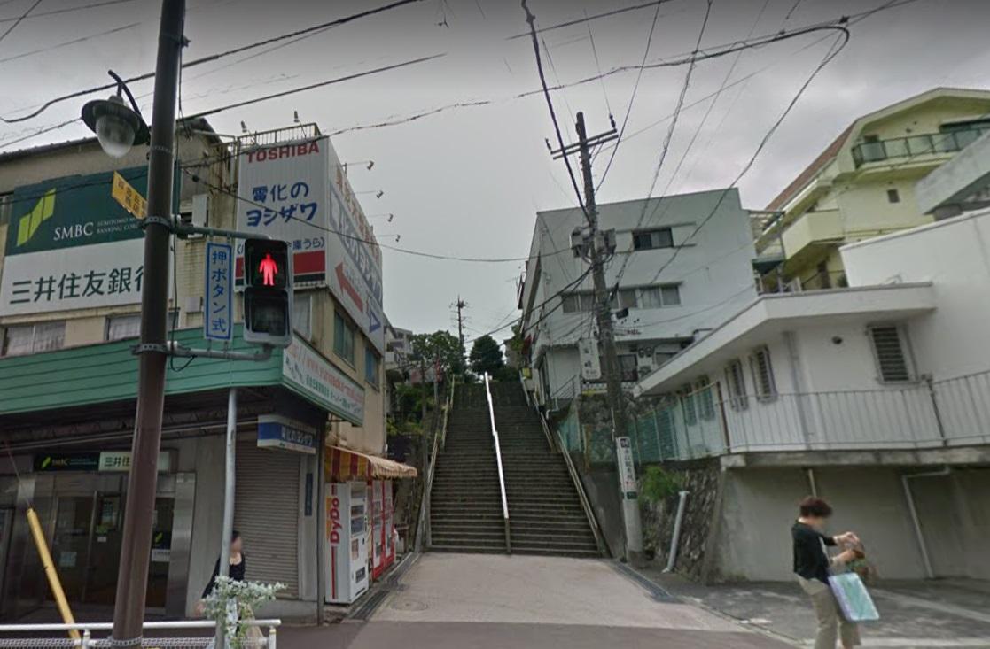 百合ヶ丘交番,脇の階段